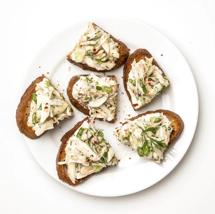 Receta Rápida de Tosta de Cangrejo con Salsa de Yogur Picante